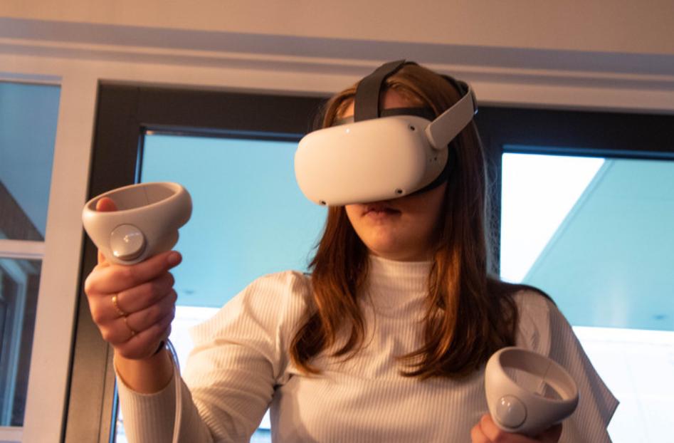 leerlinge met VR-bril en controllers